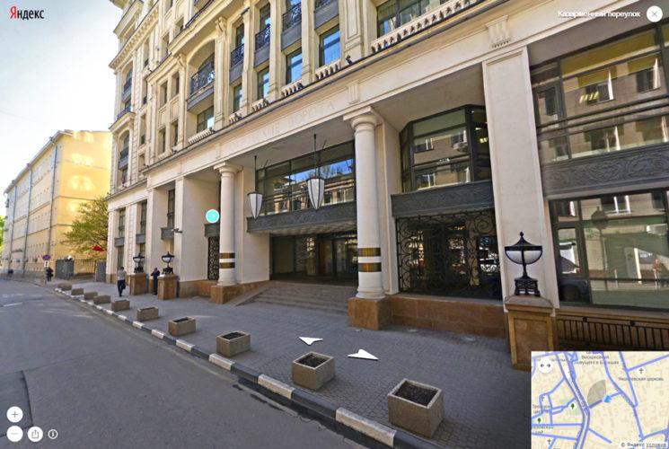 Вход в здание через центральный подъезд