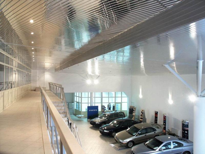 Многоуровневый зеркальный потолок в автосалоне