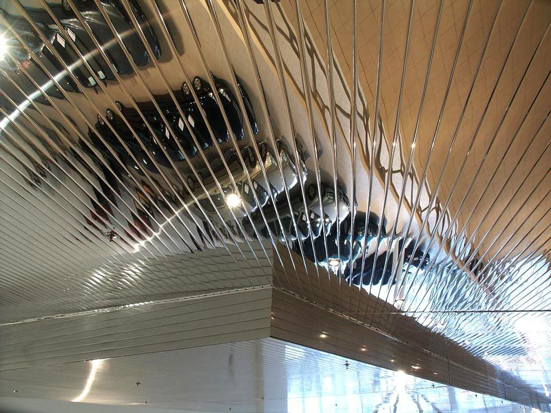 Многоуровневый зеркальный потолок в автосалоне. Фрагмент
