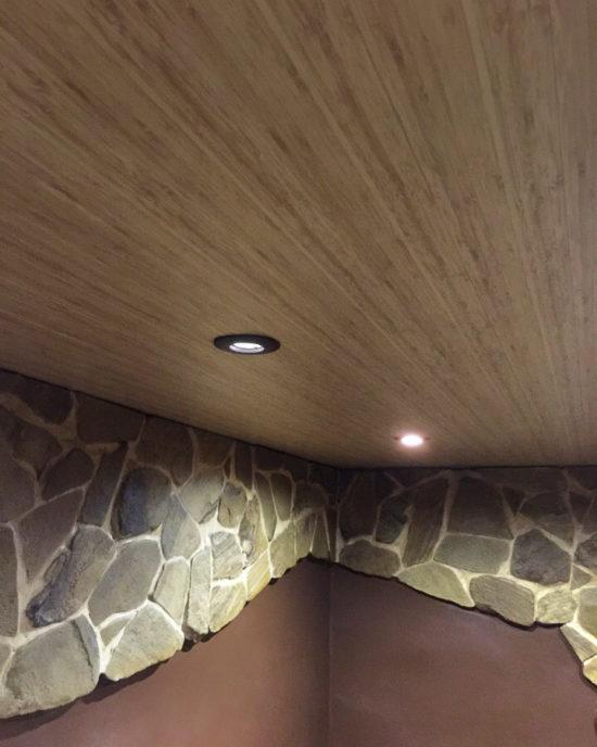 """Реечный потолок """"под дерево"""" в подвальном этаже"""