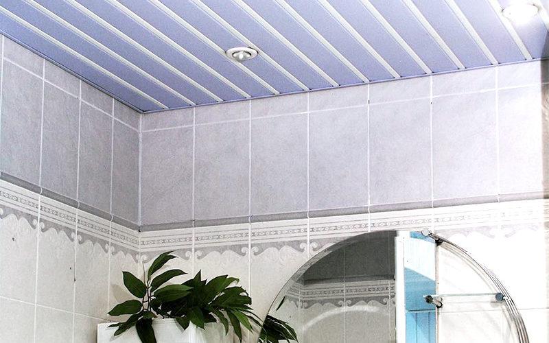 Голубой потолок с белым промежуточным профилем вванной комнате