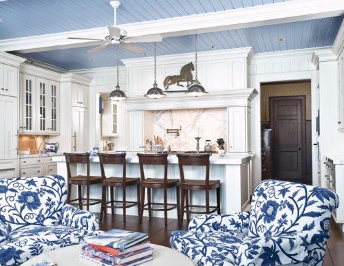 Голубой реечный потолок в гостиной. USA Ceiling Group