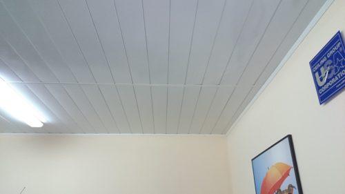 Монтаж реечных панелей встык в отделке потолка офиса. USA Ceiling Group