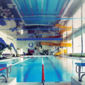 Реечный потолок зеркальный в бассейне. USA Ceiling Group.