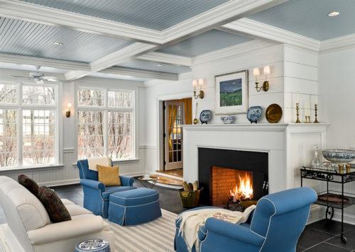 Голубой реечный потолок и камин. USA Ceiling Group