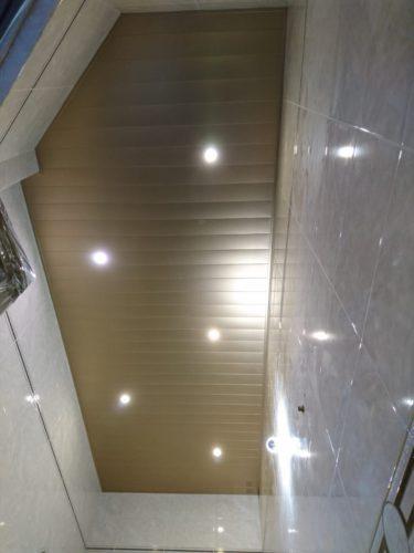 Реечный потолок с фактурой мозаики в ванной комнате. USA Ceiling Group