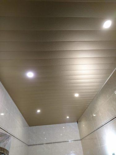 Реечный потолок с фактурой мозаики в ванной комнате USA Ceiling Group