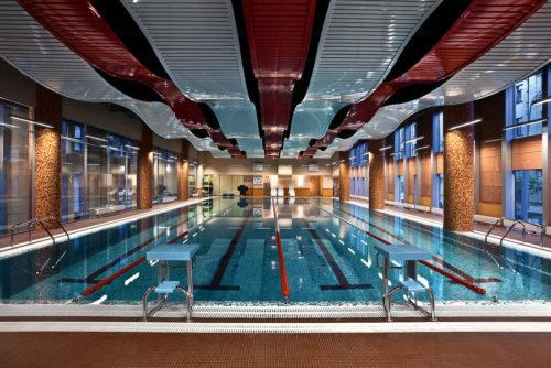 Реечный потолок волнами в бассейне. USA Ceiling Group