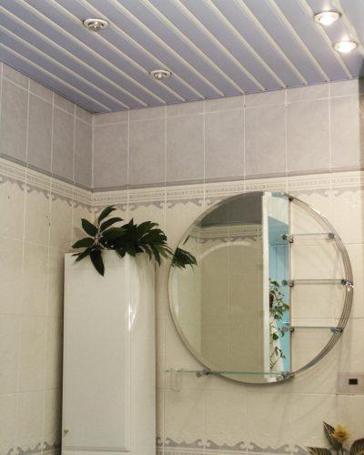 Голубой реечный потолок в ванной. USA Ceiling Group.